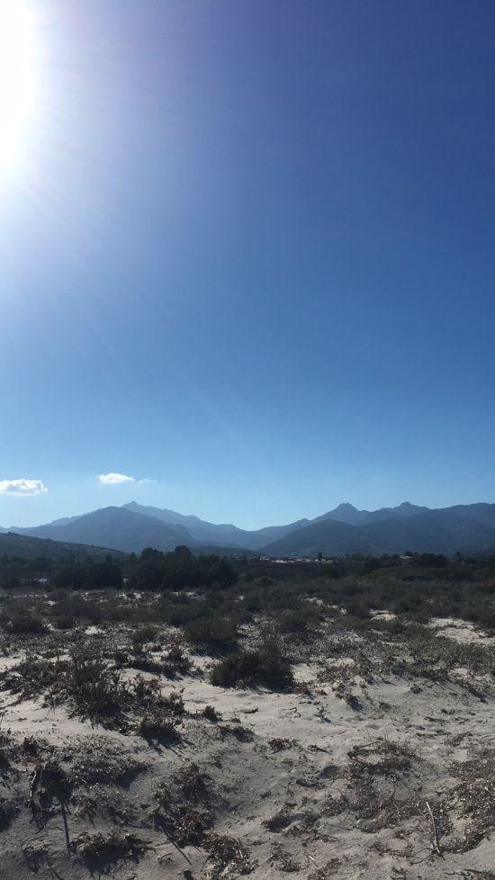Spiaggia Isuledda a kopce za námi