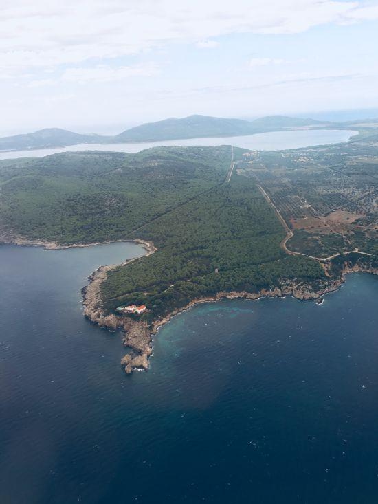 Takto nás vítala Sardinie těsně předtím, než jsme přistáli. Nemohla jsem se dočkat, až se na nějakou z těchto pláží mrkneme
