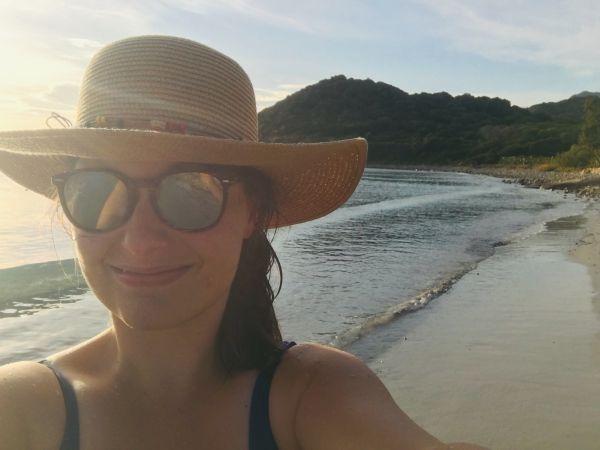 Já. Spokojená na pláži Villasimius.
