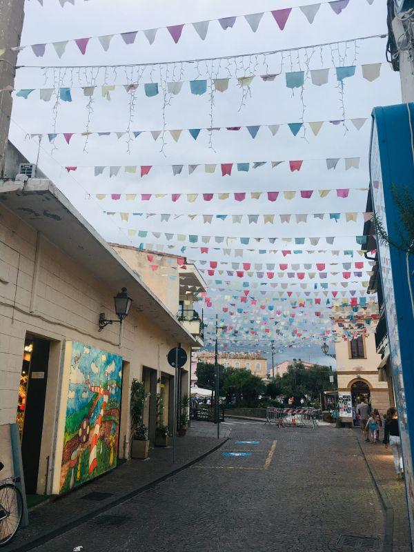 Sardinské městečko Pula a rozkošné vlaječky. Všude!