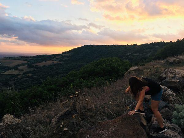Západ sluníčka u Giara di Gesturi a já škrábajíc se na kámen
